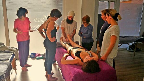 Fotografía de una grupo de estudiantes de Healing Hands durante una clase en una formación en Murcia