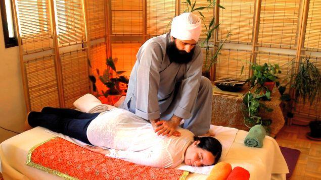 El Masaje Yóguico de Healing Hands, esta es una fotografía de Lakhmi Chand Singh Khalsa dando un masaje.