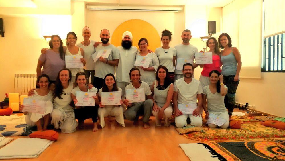 Fotografía con el grupo de formación de Nivel 1 de Masaje Yóguico en Barcelona 2019.