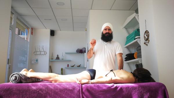 Formación Nivel 1 de Masaje Yóguico donde Lakhmi Chand está danto explicaciones sobre la técnica de masaje.